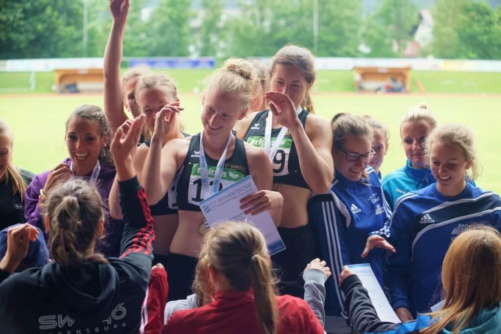 Stolze Siebenkämpferinnen bei der Siegerehrung