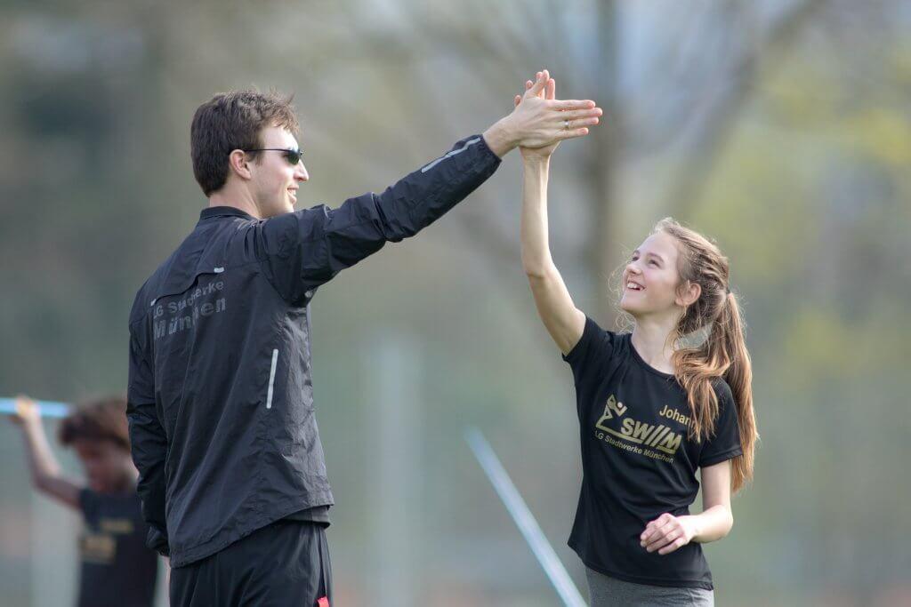 Abklatschen mit dem Trainer