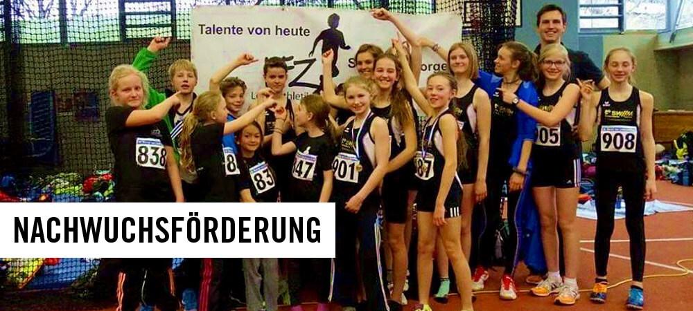 Gruppenfoto junger Athleten vor einem Plakat
