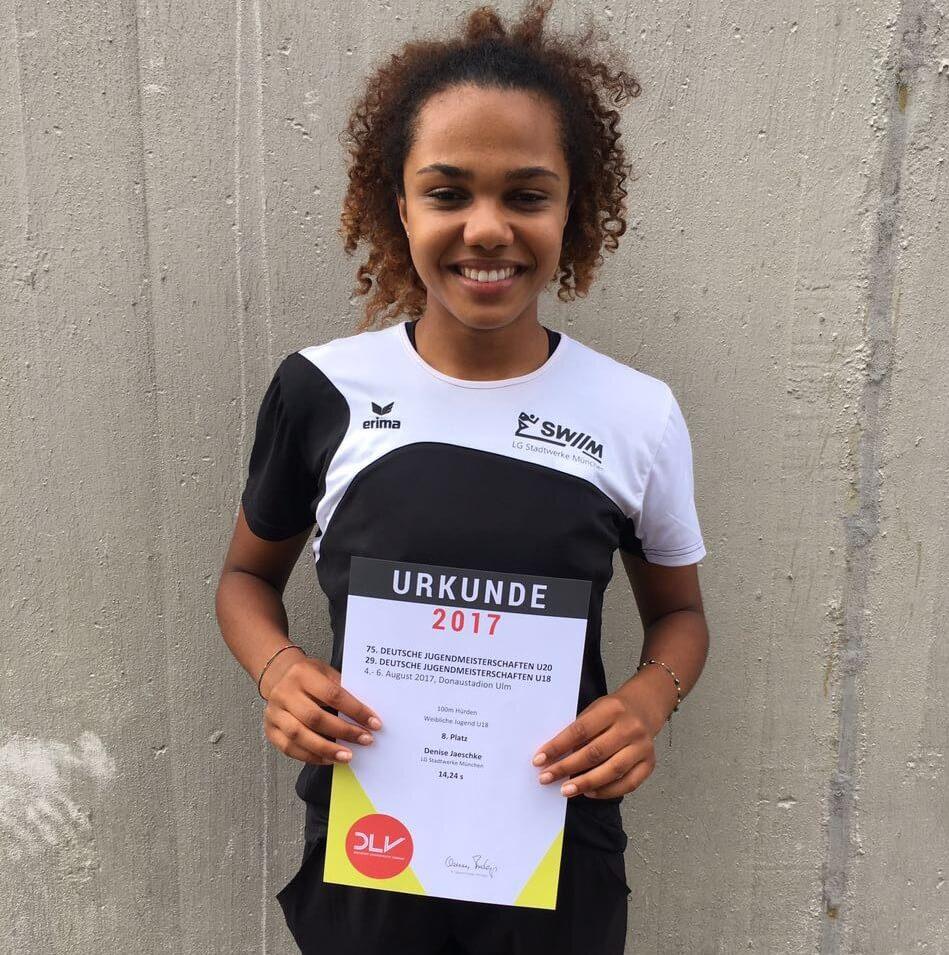 Junge Athletin mit Urkunde nach Finalteilnahme