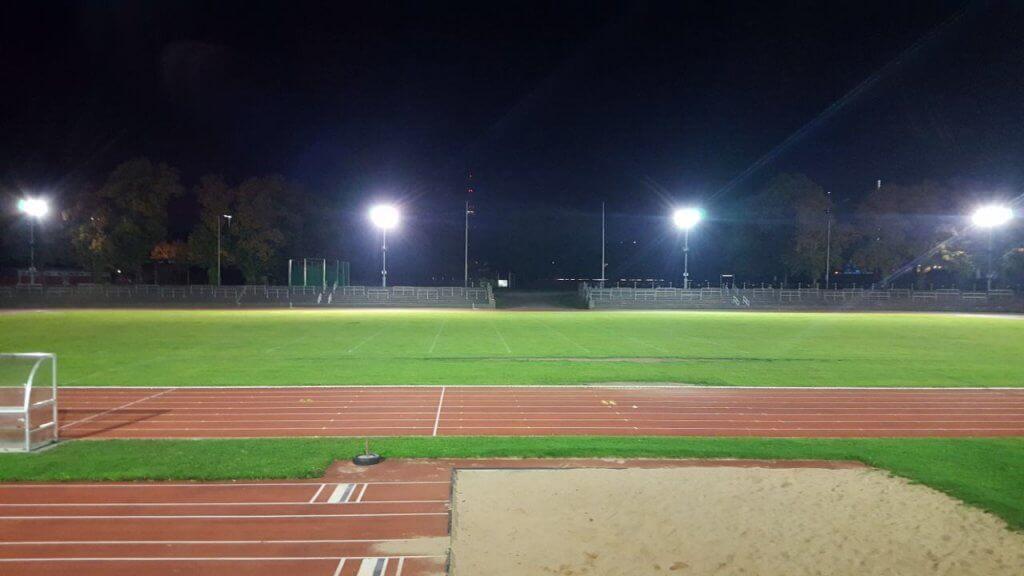 Stadion mit Flutlicht