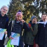 Vier junge Läufer mit Medaillen