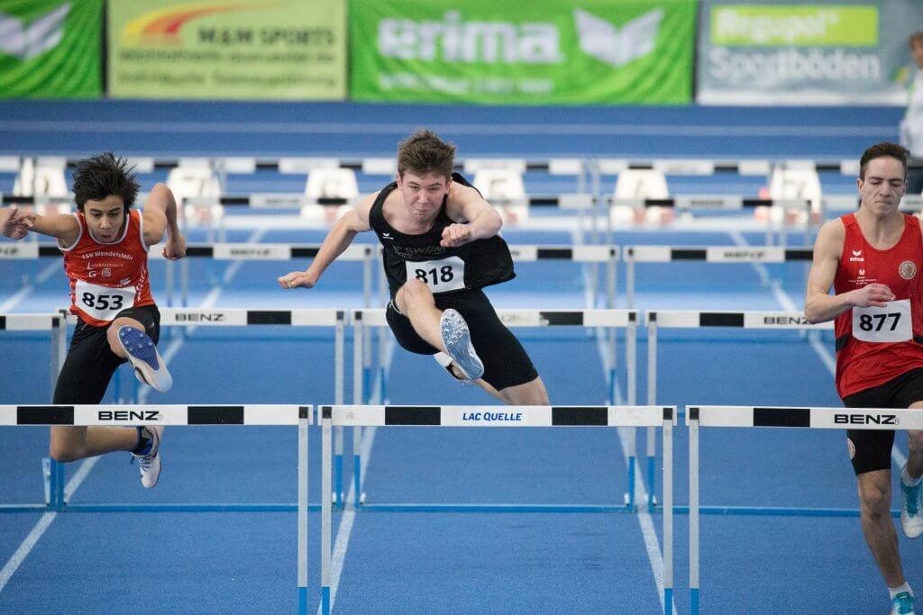 Junge Leichtathlet beim Hürdenlauf