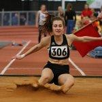 Junge Athletin bei Weitsprung