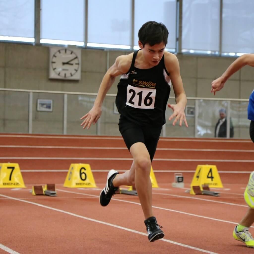 Junger Sprinter beim Start