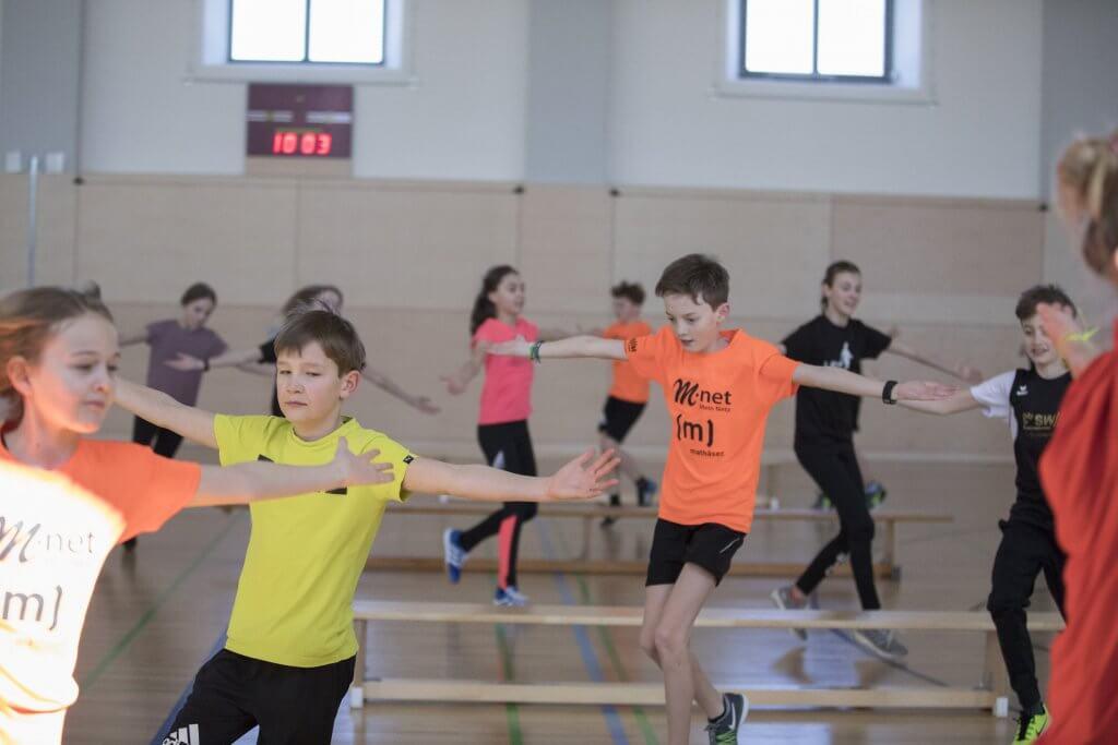 Kinder bei einer Laufkoordinationsübung