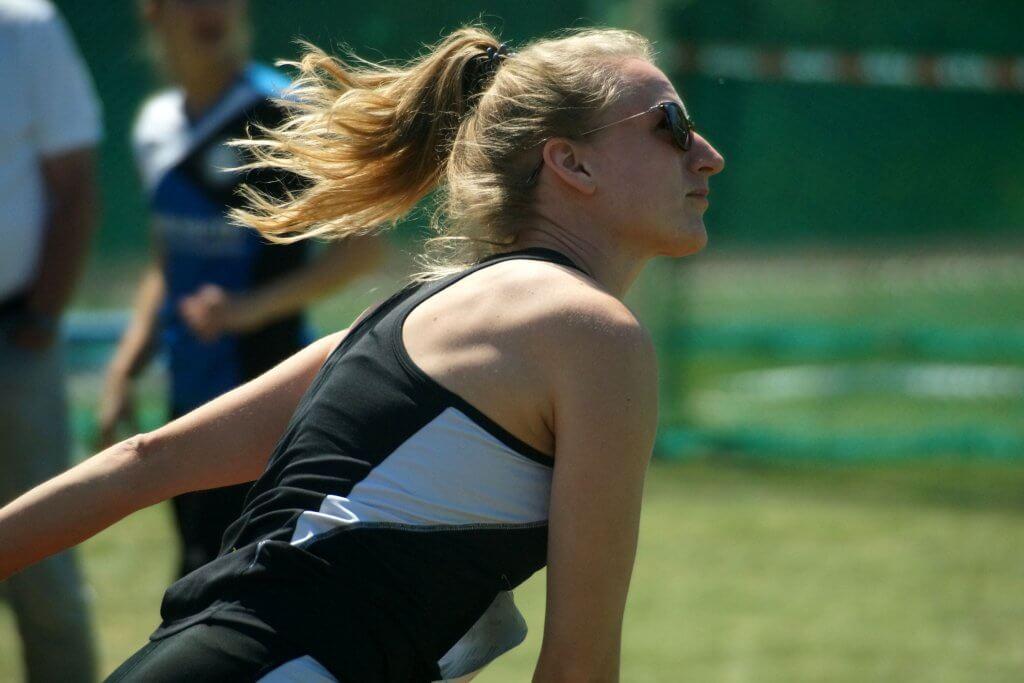 Athletin beim Speerwerfen