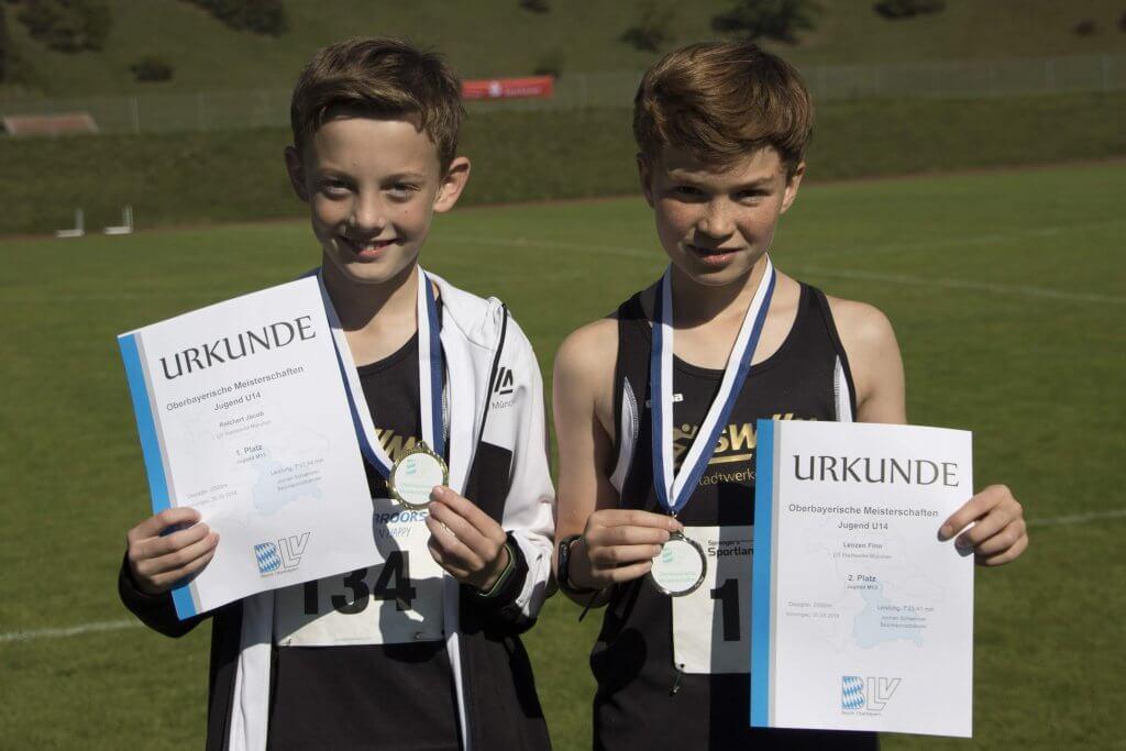 Junge Sportler mit Medaillen